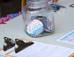 Mesa con pines VOTE y formularios
