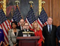 Comité de la Cámara de Representantes presentaron cargos contra Trump para seguir juicio político.