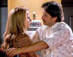 Kate del Castillo y Jorge Zabaleta mirándose en Dueños del Paraíso