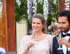 Sonya Smith y Fabián Ríos brindando en su boda en Tierra de Reyes