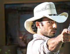 Aarón Díaz disparando una pistola en Tierra de Reyes