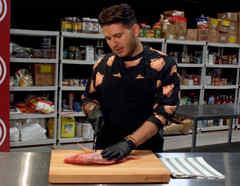 Chef James preparando pescado en MasterChef Latino 2