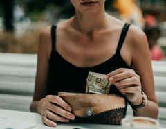 Mujer guardando dinero