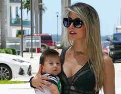 La esposa de Chyno Miranda con su bebé