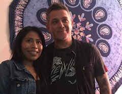 Yalitza Aparicio y Alejandro Sanz abrazados