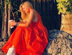Marjorie de Sousa con vestido rojo