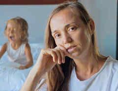 Mamá con niño llorando