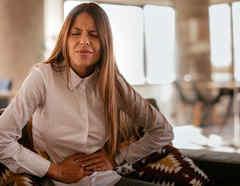 Mujer con dolor en el estómago