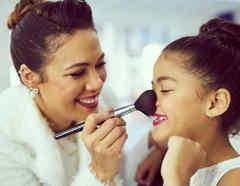 Madre e hija maquillándose