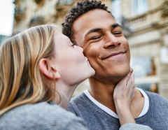 Mujer besando a su novio