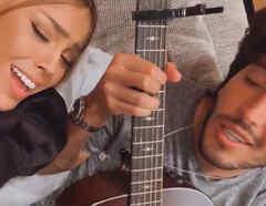 Danna Paola y Sebastian Yatra cantando