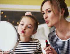 Madre e hija mirándose al espejo