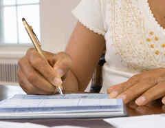 Mujer firmando un cheque