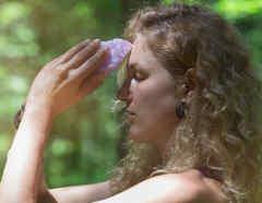 Mujer con cristal