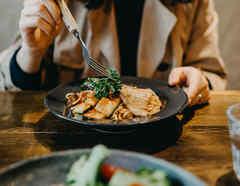 Mujer cenando