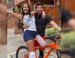 Daniella Álvarez posando en bicicleta