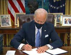 Joe Biden firmando documentos
