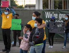 Familias protestan contra el desalojo en LA