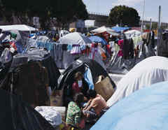 Migrantes acampan en Tijuana, México