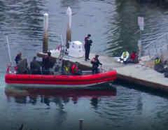Rescatan a 23 personas a bordo de una frágil embarcación
