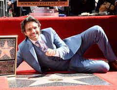 Eugenio Derbez con su estrella en el Paseo de la Fama en Hollywood