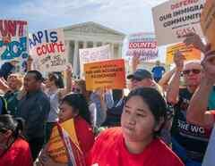 Activistas por los derechos de los inmigrantes este abril ante la Corte Suprema mientras los jueces escuchan argumentos sobre el plan de la administración Trump para preguntar sobre la ciudadanía en el censo de 2020.