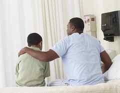 Hijo conforta a padre enfermo