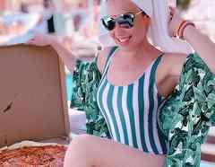 Thalía descansa unto a una pizza