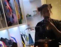 Karol G tomándose una selfie en su clóset