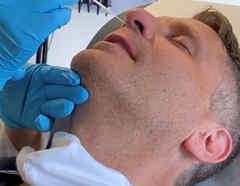 Andrew Rubin recibe la primera dosis de la vacuna de COVID-19 en el Centro Médico Langone NYU en Nueva York. Mayo 13 de 2020