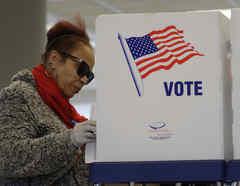 Una persona participa en las elecciones primarias en Cleveland, Ohio.