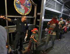 Oficiales de CBP dan instrucciones a los migrantes que buscan asilo en Nuevo Laredo