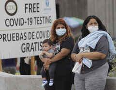 Dos mujeres esperan por la realización del test del coronavirus en Los Ángeles. California.
