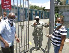 Un soldado resguarda un centro de votación cerrado en Carolina, Puerto Rico