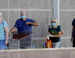 Un grupo de personas utiliza mascarilla en Arizona.