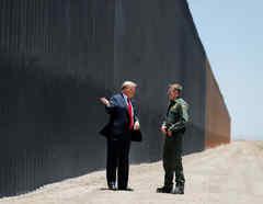 El presidente Trump visitó el muro fronterizo en junio de 2020. En la imagen, Trump conversa con el jefe de la Patrulla Fronteriza, Rodney Scott, en San Luis, Arizona.