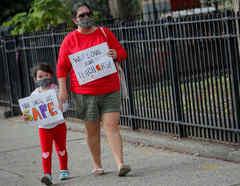 Una madre y su hija protestaron contra la reapertura de las escuelas en Brooklyn, Nueva York, el 14 de setiembre de 2020.