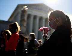 Los homenajes a la jueza Ginsburg tras la noticia de su muerte continuaron este sábado, en las afueras de la Corte Suprema.