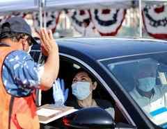 El COVID-19 obligó a realizar las ceremonias de naturalización desde el carro. En la imagen, una mujer se juramentó en Santa Ana, California, el 29 de julio.