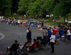 Una fila de personas en el Kentucky Career Center momentos antes de la apertura para ofrecer ayuda por el desempleo en Frankfort, Kentucky.