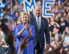 Joe Biden y Hillary Clinton en un evento de campaña en 2016