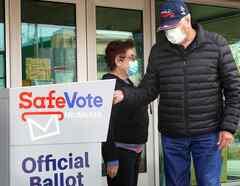 Dos residentes depositan sus boletas por correo en Milwaukee