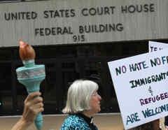 Protesta pro inmigrante a las puertas de una corte federal en Estados Unidos.