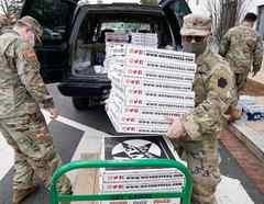 Miembros de la Guardia Nacional reciben pizzas en Washington D.C.