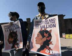 Manifestantes piden al presidente, Joe Biden, priorizar la reforma migratoria y promover un trato digno a los indocumentados, en una protesta en Nueva York.