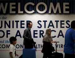Pasajeros internacionales llegan al Aeropuerto Internacional Dulles