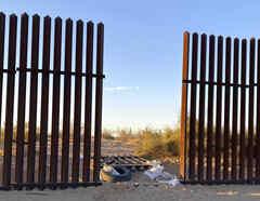 Fotografía de un hueco en la valla fronteriza que cortaron traficantes de personas