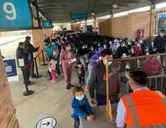 Un grupo de inmigrantes esperaba para realizar la prueba del COVID-19 en la estación de autobuses de Brownsville, Texas este vienes 5 de marzo del 2021.