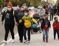 Padres llevan a sus hijos a una escuela primaria en Los Ángeles