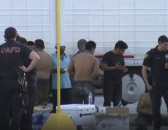 Agentes registran un camión repleto de inmigrantes indocumentados en San Antonio